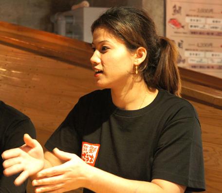 ざうお新宿店勤務 ススマ・マーラさん ネパール出身、来日歴7年、ざうお勤務歴5年。旅行で訪れたい場所は沖縄。