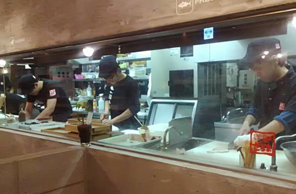 客席から調理風景を見ることができる目黒店のキッチン