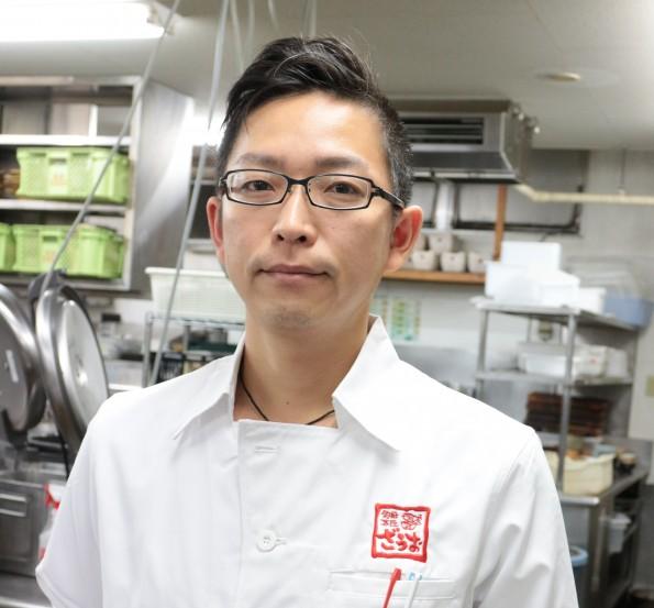 ざうお天神店料理長・中廣 章太(なかひろ しょうた)さん。 入社13年、ホール担当から料理人に。「プロのサービスマン」としての接客を意識してきた経験を活かし、厨房にいながらも料理とサービスの両面でお客様に喜んでいただく事を心がけています。座右の銘は「挫折禁止」。