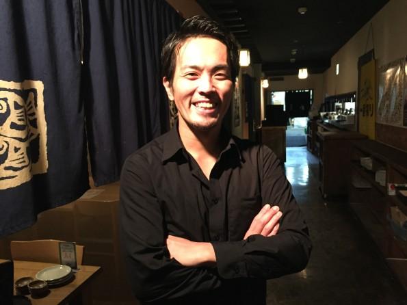 大阪・難波本店店長の小林 渉さん。 入社15年、大阪出身コテコテの大阪人。最近ハマっている趣味はBBQ。好きな魚はオコゼ。